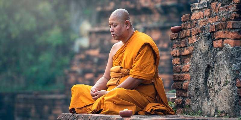budista meditando
